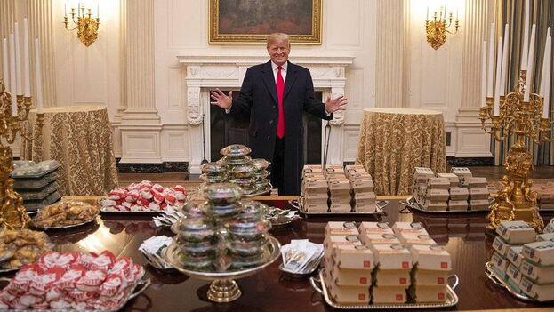 el mandatario es defensor de la comida rápida e hipercalórica y ha promovido su consumo en numerosas ocasiones, llegando al punto de incentivar este tipo de alimentación reduciendo la fruta y la verdura.