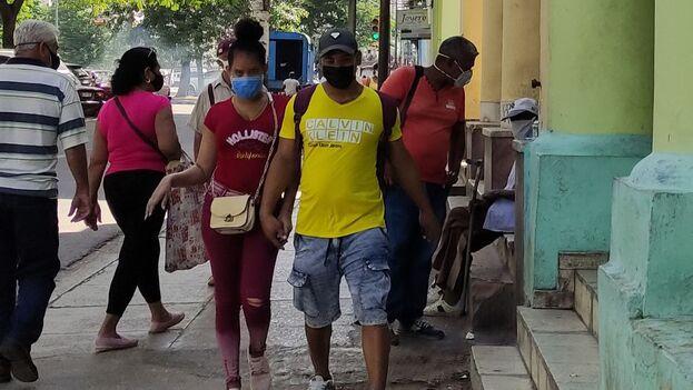 Los contagios se mantienen con una alta incidencia en la capital desde hace más de un mes sin que las autoridades se decidan a tomar medidas radicales para conteneros. (14ymedio)