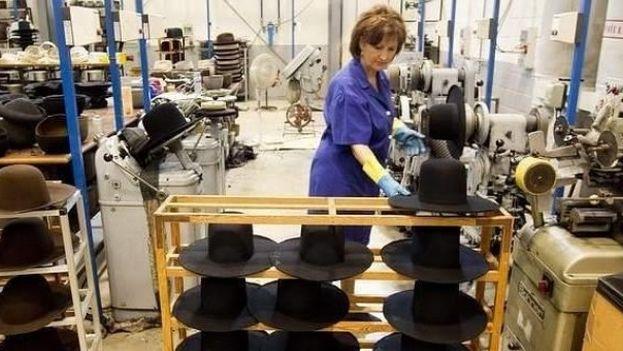 Una mujer trabajando en una fábrica de sombreros. (EFE)