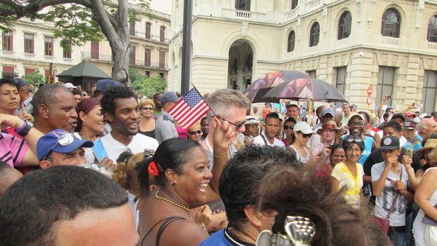 La mañana de este lunes la historia llegó a un final feliz cuando una multitud recibió al 'Adonia' en el puerto de La Habana con banderas cubanas y estadounidenses. (14ymedio)