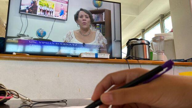 Muchos padres lamentan que se esté repitiendo contenido en las teleclases. (14ymedio)