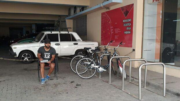 Uno de los pocos parqueso de bicicleta que todavía quedan en La Habana, donde una vez hubo prácticamente uno en cada esquina. (14ymedio)