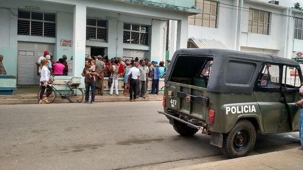 La policía tuvo que acercarse hasta la farmacia para evitar problemas con el tumulto que se formó. (14ymedio)