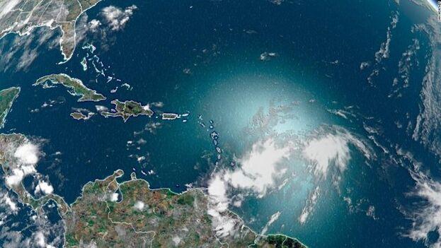 Al ser solo una previsión, el cono se abre aun más entre sábado y domingo y engloba toda la península de Florida. (NOAA)