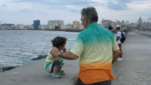 El protagonismo de los mayores se refuerza cuando alguno de los progenitores emigra. (14ymedio)