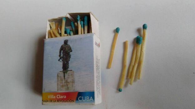 En lugar de madera, los fósforos que se han vendido por el racionamiento están conformados por un cuerpo de papel parafinado, pequeño y muy delgado. (Facebook/Mis Cajas de Fósforos)