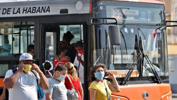 Las autoridades trabajan también en la reorganización del transporte, un medio de propagación del virus muy problemático en Cuba. (EFE)