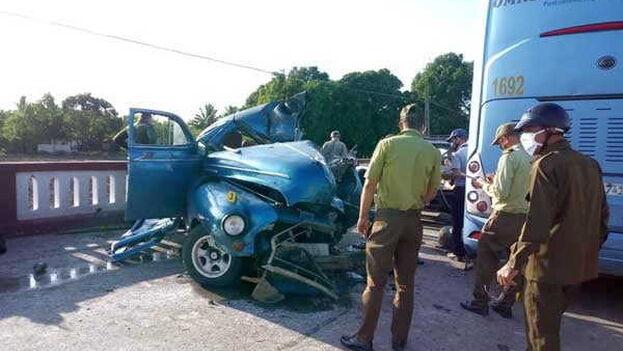 Los cinco ocupantes del vehículo resultaron muertos o heridos, mientras los turistas que viajaban en el ómnibus no sufrieron daños. (DPT Sancti Spíritus/ Facebook)