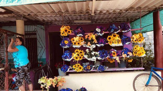Con las temperaturas de este diciembre, es necesario mantener la humedad de las flores para que se vean frescas hasta su venta. (14ymedio)