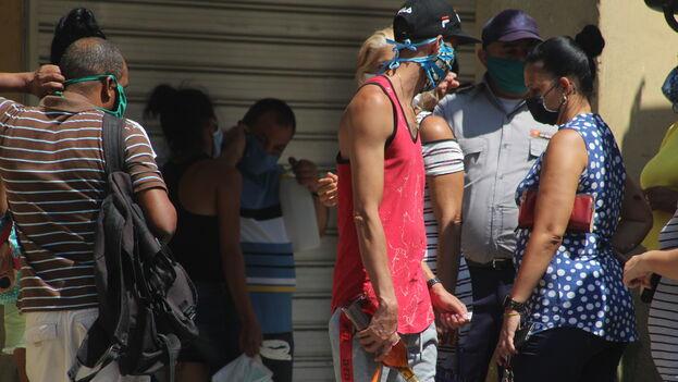Ante la llegada de un camión con pollo a una tienda de Centro Habana la policía advierte que tienen que esperar al otro día para hacer la cola porque no quería a nadie durmiendo frente a la tienda