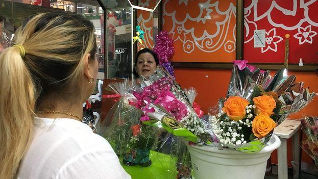 En las tiendas y mercados estatales en divisas las flores en venta son todas importadas. (14ymedio)