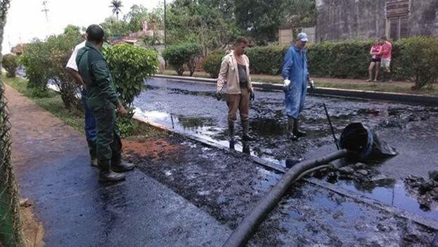 El vertido se dispersó por las calles de la comunidad azucarera. (Cubadebate)